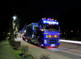 3-Achs Kranwagen Volvo (Spedition Vazquez) kommt bei der Demontage der Spielplatz- Lok Anna 9 am Tierpark Alsdorf am 18.2.2017 zum Einsatz