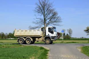 IVEKO 380 Kipper, Mitzieher am 19.4.2018 auf der L 164 (ex B221) bei Geilenkirchen / Muthagen