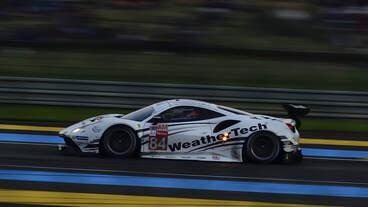 Das Rennen geht in die Nacht, Ferrari 488 GTE (Motor Ferrari F154CB 3.9L Turbo V8), LMGTE AM Nr.84, JMW Motorsport, Fahrer: Liam Griffin, Cooper MacNeil & Jeff Segal.
