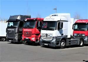 Am 05.04.2020 bot sich bei einem Autohändler in Weiden die Gelegenheit zu einem Vergleichsfoto unterschiedlicher Merces-Lkw-Modelle.