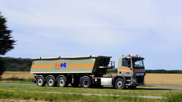 DAF CF 440, Kippersattelzug von Meens Nuth (NL) am 19.9.2020 auf der L164 (ex B221)von Übach-Palenberg in Richtung Geilenkirchen unterwegs.