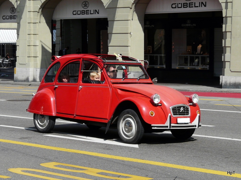 citroen 2cv ente unterwegs in der stadt bern am. Black Bedroom Furniture Sets. Home Design Ideas