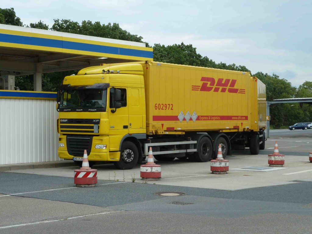 daf xf von dhl steht zur betankung in bremen juli 2012. Black Bedroom Furniture Sets. Home Design Ideas