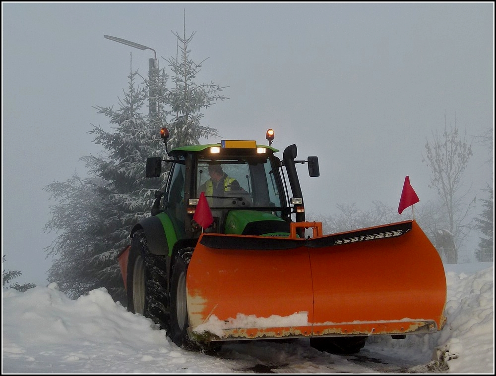 Deutz Traktor mit Schneeschieber und Salzstreuer ist damit ...