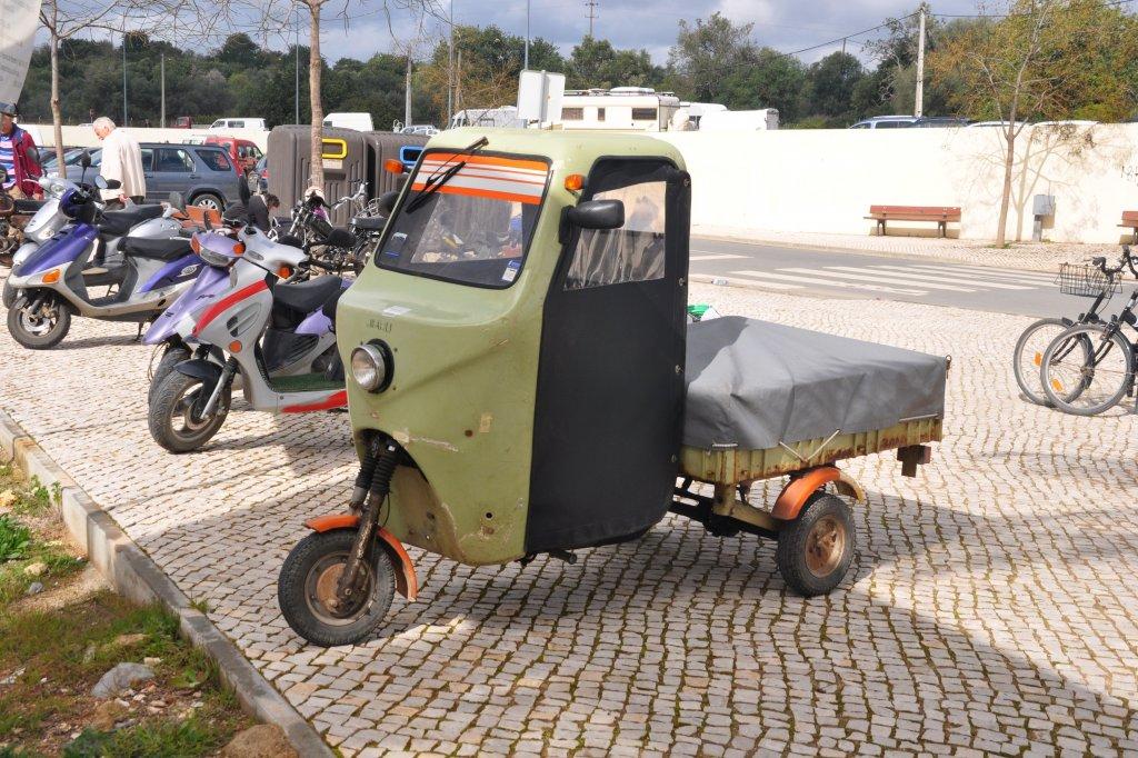 Dreirädriges, überdachtes Moped Mit Ladefläche (Tavira/Portugal,  19.02.2011) ...