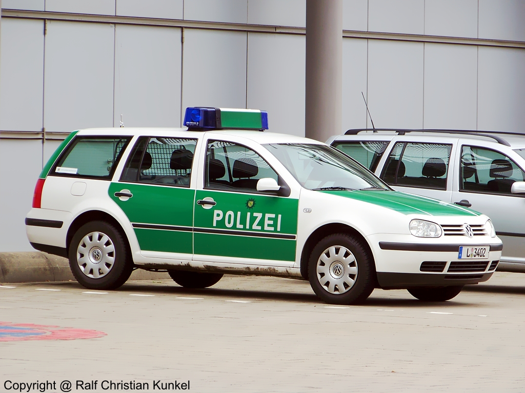 funkstreifenwagen vw golf variant der leipziger polizei fotografiert am auf dem. Black Bedroom Furniture Sets. Home Design Ideas