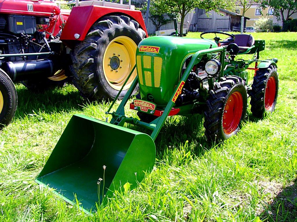 HOLDER-A12 mit angebauter Frontladeschaufel; 110814