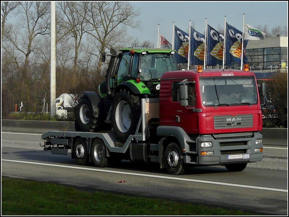 man lkw beladen mit einem deutz traktor auf der autobahn bei antwerpen unterwegs. Black Bedroom Furniture Sets. Home Design Ideas
