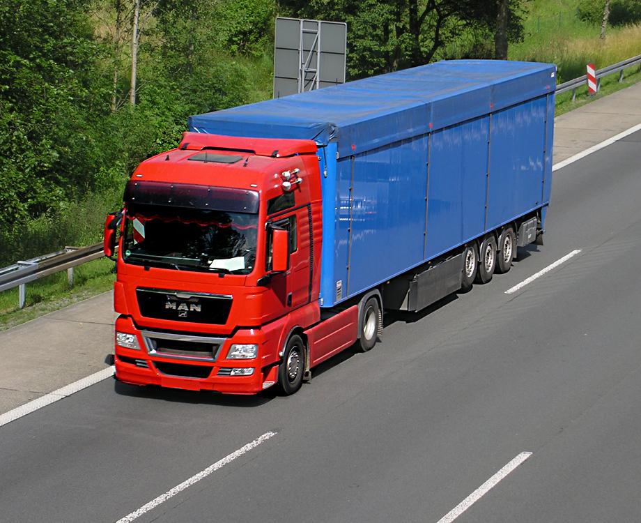 man sattelzug in schlichtem rot blau in richtung frankfurt unterwegs 30. Black Bedroom Furniture Sets. Home Design Ideas