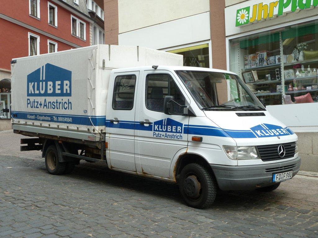 MB Sprinter als Doppelkabiner und Ladefläche mit Planenaufbau steht in der Fuldaer Innenstadt ...