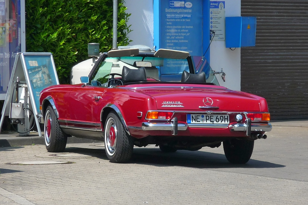 Mercedes 280SL beim Luft-Tanken in Grefrath, 19.5.13