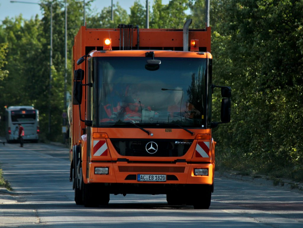 mercedes econic m llsammelfahrzeug der stadt aachen unterwegs am in aachen auf der. Black Bedroom Furniture Sets. Home Design Ideas