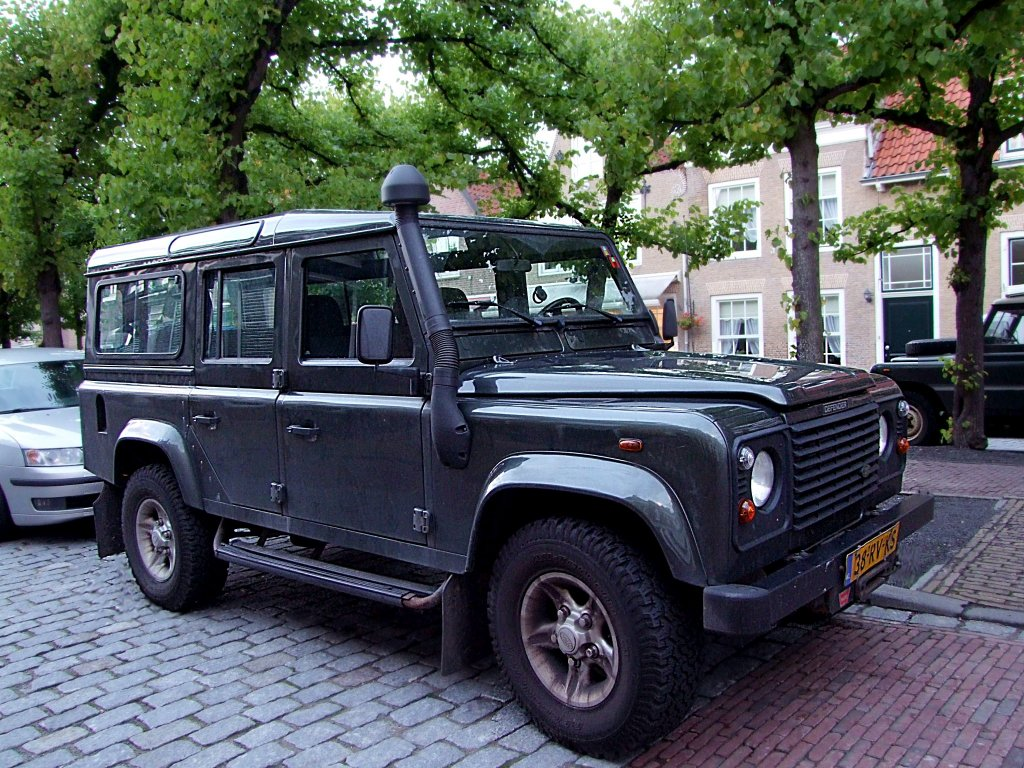 range rover defender parkt in willemstad nl 100829. Black Bedroom Furniture Sets. Home Design Ideas