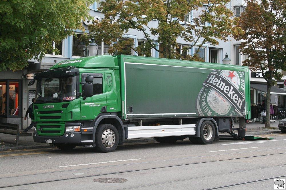 """Scania P 340 der Brauerei """"Heineken"""" beim Ausliefern in ..."""