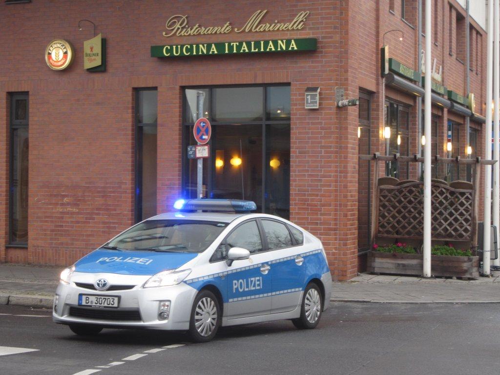 toyota prius als polizeiauto mit eingeschaltetem blaulicht hier bei einer sperrung der anhalter. Black Bedroom Furniture Sets. Home Design Ideas