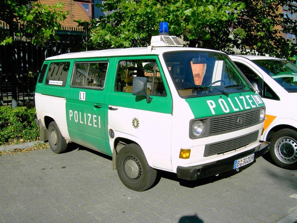 http://www.fahrzeugbilder.de/1024/vw-transporter-t3-berliner-polizei-51235.jpg