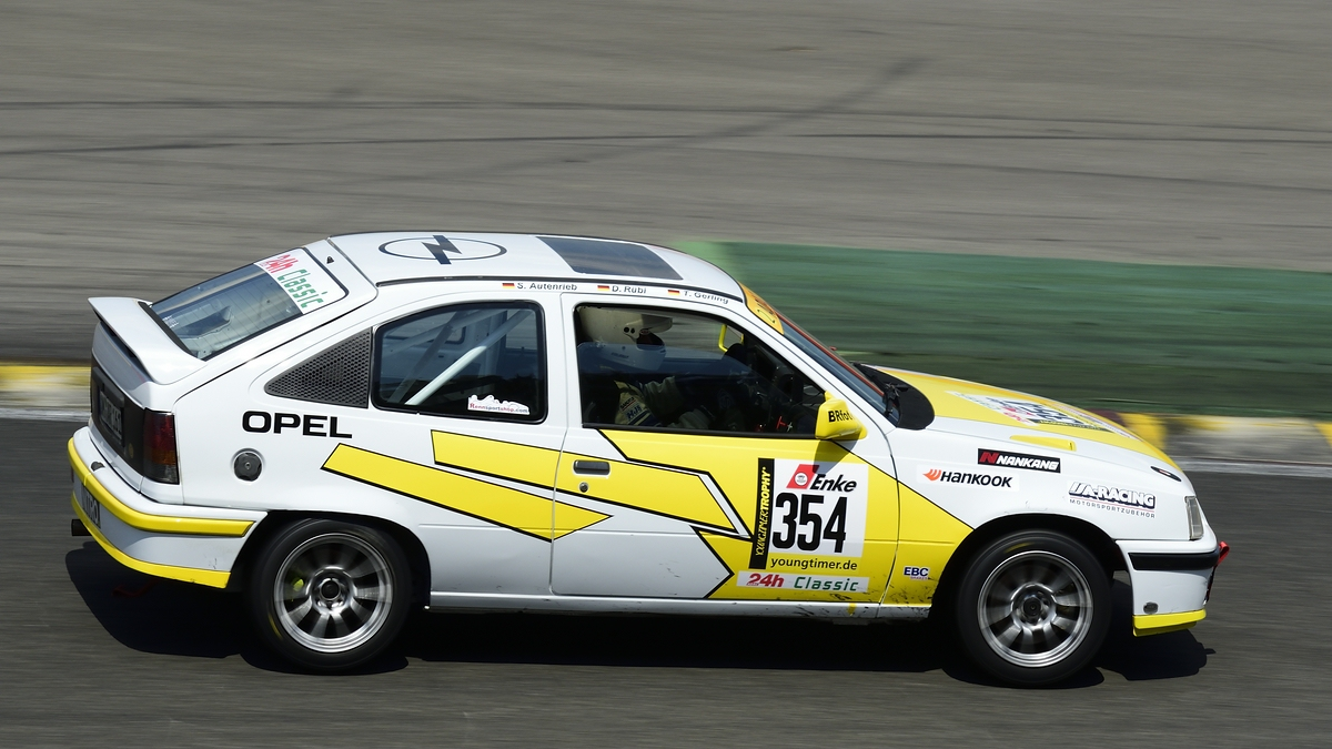 #354 Opel Kadett E, Youngtimer Trophy Rennen 1,Mitzieher im Gegenlicht, Youngtimer Festival in Spa Francorchamps am 15.07.2018