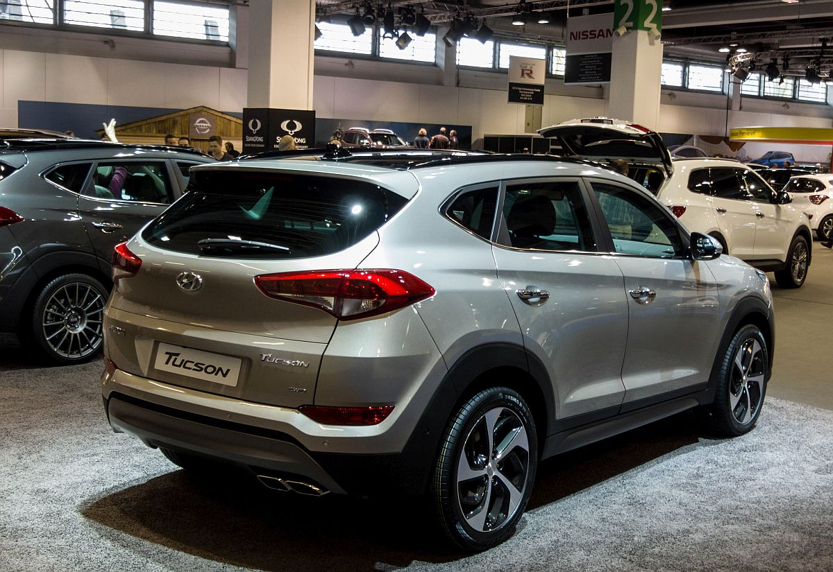 der neue hyundai tucson ab 2015 r ckansicht gesehen auf dem auto z rich 2015. Black Bedroom Furniture Sets. Home Design Ideas