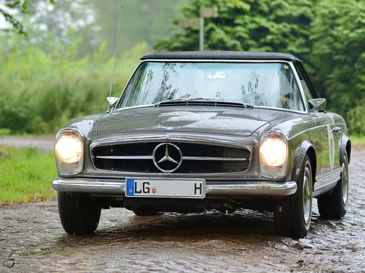 Ein Mercedes-Benz 280SL unterwegs in Nehringen. (August 2012)