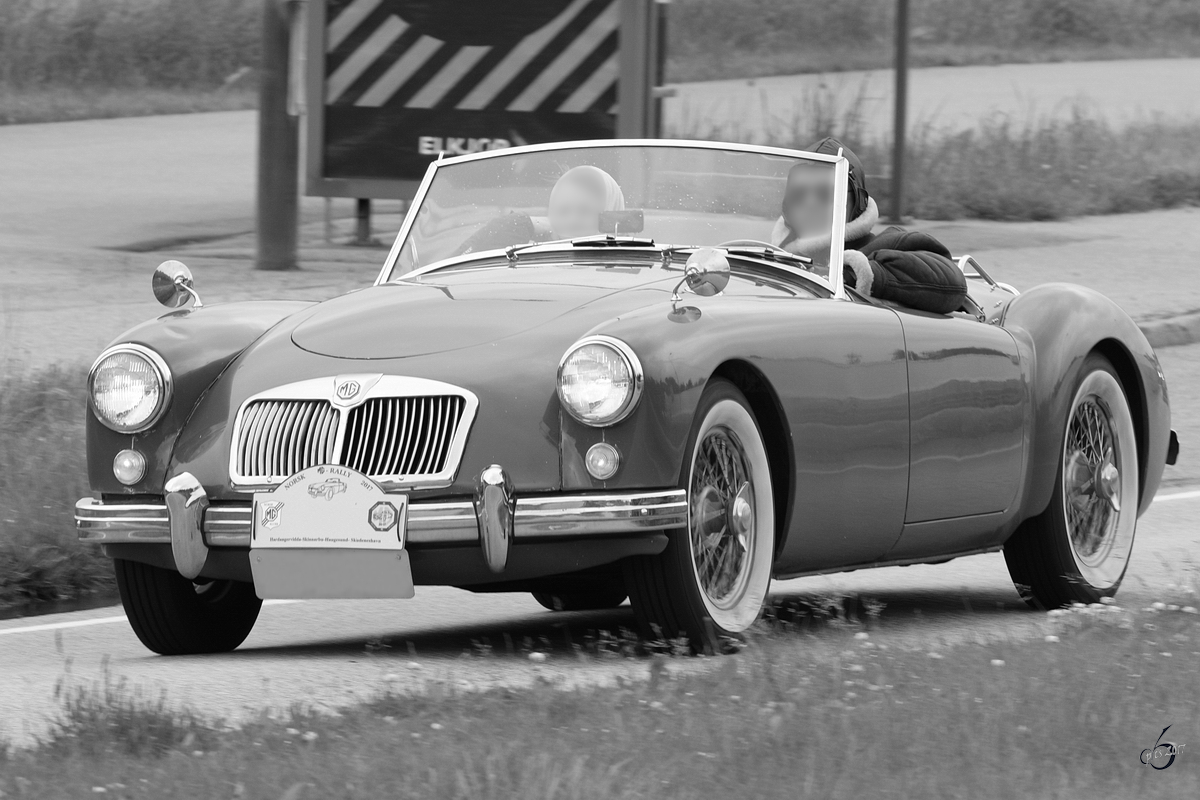 Ein MG MGA 1500 Roadster unterwegs in Sola. (Juni 2017)