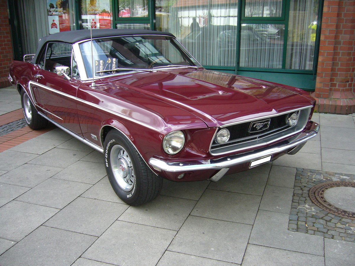 Ford Mustang 1 Convertible des Modelljahres 1968. Dieses tolle Cabriolet ist im Farbton royal maroon lackiert. Ibben brummt, am 22.04.2017.