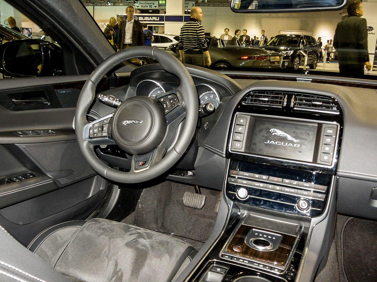 Interieur des jaguar xe sitzprobe auf dem auto z rich for Interieur jaguar