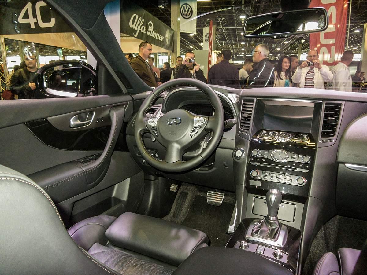 Interieur eines Infiniti QX70, aufgenommen auf dem Auto Motor und ...