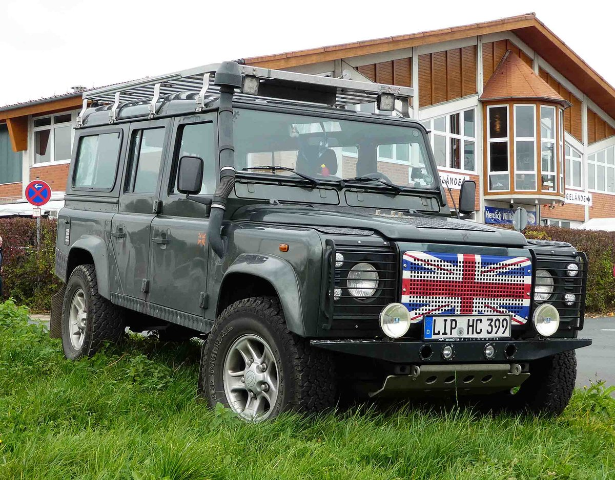 land rover defender mit campingkabine aufgenommen in. Black Bedroom Furniture Sets. Home Design Ideas