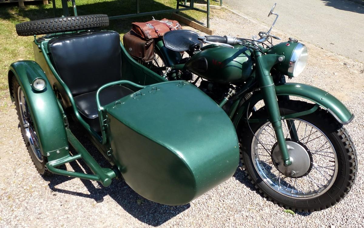 m72 motorrad mit beiwagen aus der ehemaligen sowjetunion. Black Bedroom Furniture Sets. Home Design Ideas
