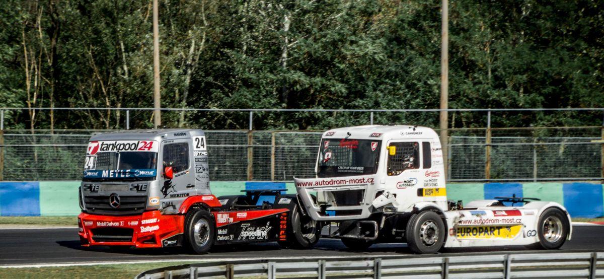 Man und mercedes benz race truck k mpfen mit einander for Mercedes benz man