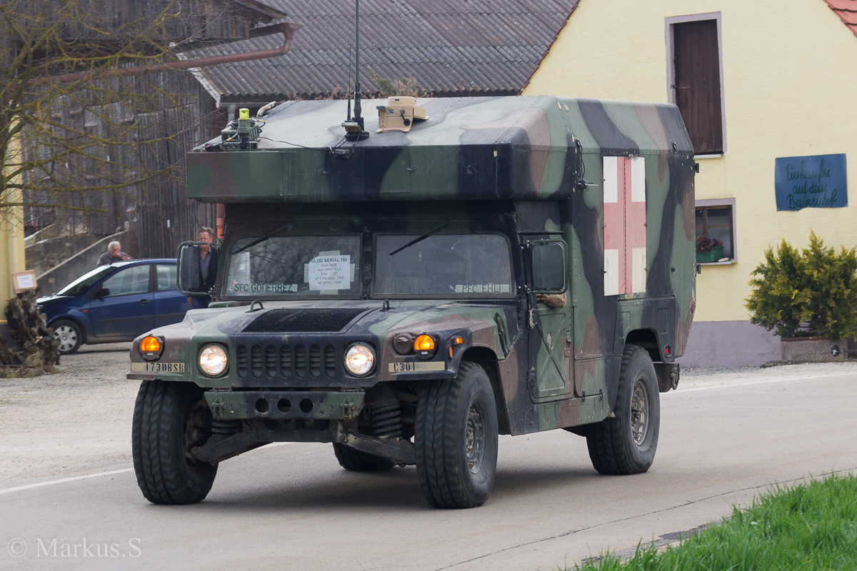 Maxi Ambulance M997A2 HMMWV (High Mobility Multipurpose Wheeled Vehicle) der 173rd Brigade Support Battalion (Sanitätsunterstützung)der U.S. Army. Aufgenommen bei der Luftlandeübung Saber Junction 16 bei Egelsee am 12.April 2016