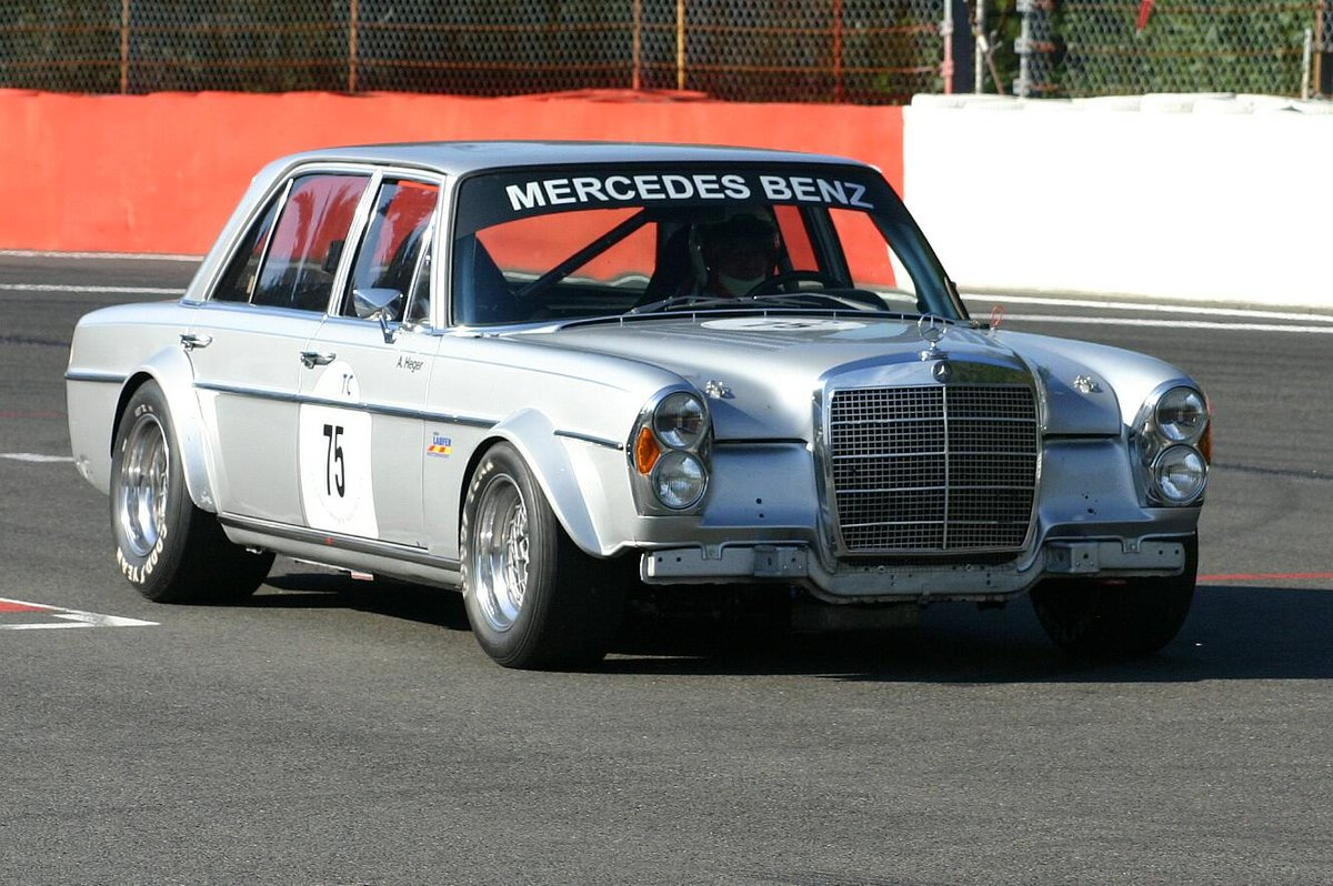 Mercedes-Benz 300 SEL 6.3 nach Gruppe 2 Reglement mit Altfried Heger am Steuer in