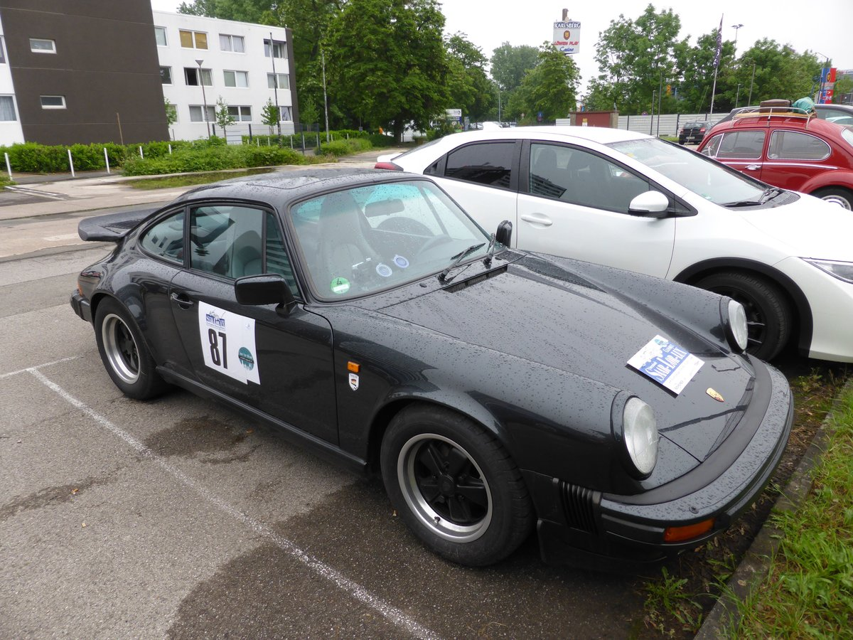 Porsche 911 Carrera (Baujahr 1988) bei der Internationalen Saar-Lor-Lux Classique. Start zum zweiten Tag am 28.05.2016 in Trier.