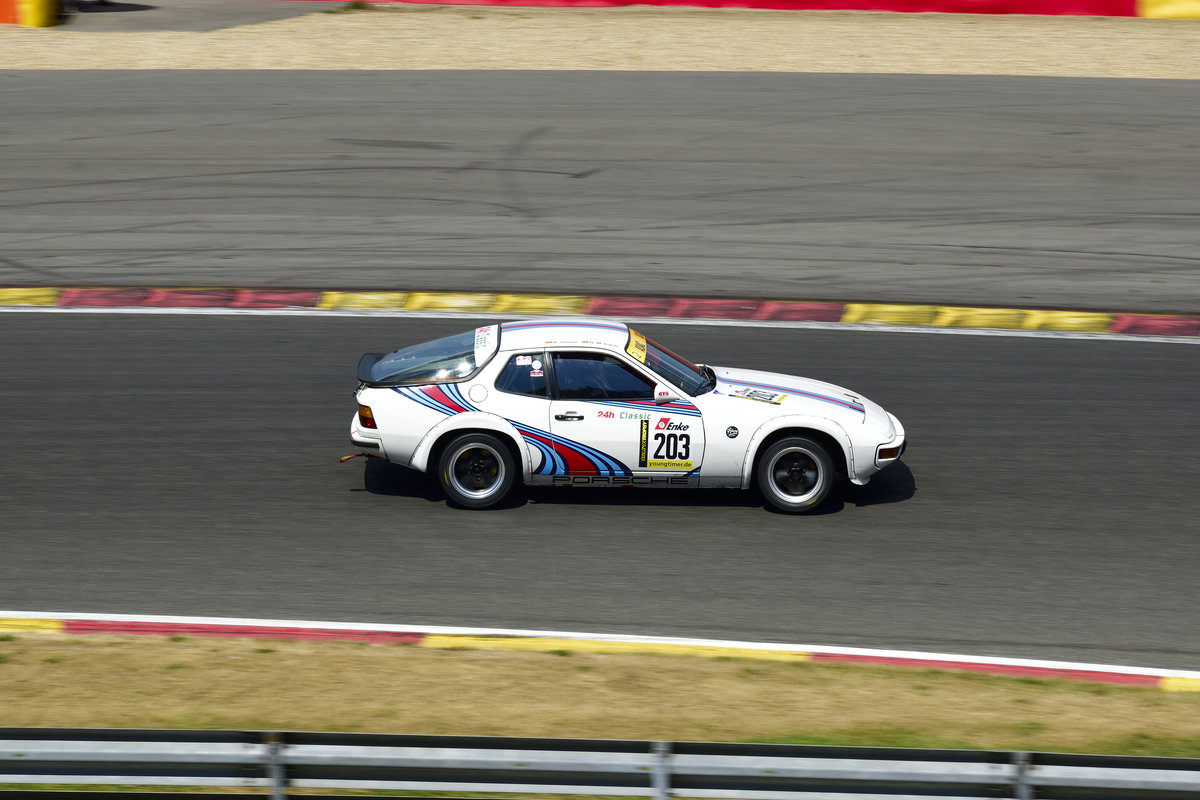 Porsche 924,  Youngtimer Trophy Rennen 1,Mitzieher im Gegenlicht, Youngtimer Festival in Spa Francorchamps am 15.07.2018