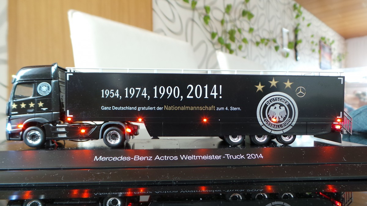 SMD-LED Modell Mercedes-Benz Actros Gigaspace DFB WM-Promotion-Truck 2014