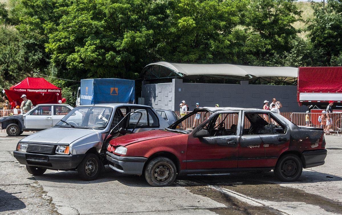 Unfallsimulation mit einem Citroen Visa und Renault 19, aufgenommen ...
