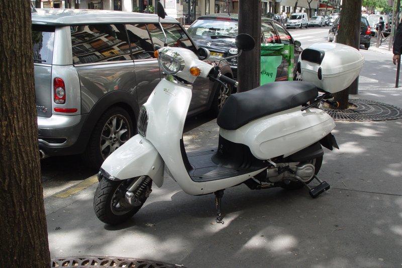 am gesehen in paris in der n he von trocadero ein motorroller daelim besbi made in. Black Bedroom Furniture Sets. Home Design Ideas