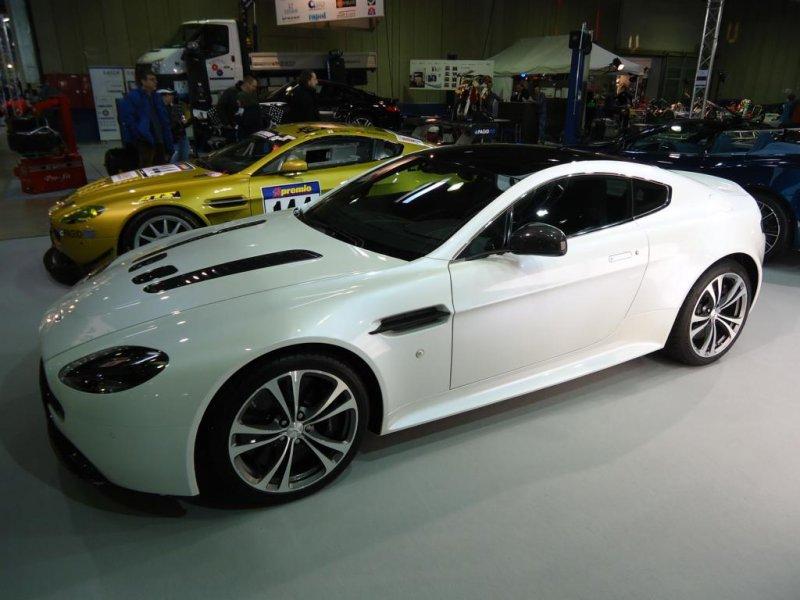Aston Martin V 12 Vantage S Coupé Auf Der International Motor Show In Luxemburg Aufgenommen 24 11 2013 Fahrzeugbilder De