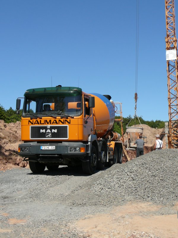 man 32 343 der firma naumann liefert beton f r das fundament eines neubaues in 36100 petersberg. Black Bedroom Furniture Sets. Home Design Ideas