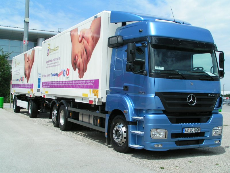 sattelzuge mercedes 39 axor 39 auf der transport logistic in m nchen 070615. Black Bedroom Furniture Sets. Home Design Ideas