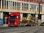 MAN TGX mit CAT Bagger am 17.11.17 in Hannover