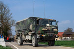 Oshkosh LMTV M1078A1 Cargo Truck LMTV (Light Medium Tactical Vehicle)der 173rd (173rd Airborne Brigade)der US-Armee.Aufgenommen bei der Luftlandeübung Saber Junction 16 bei Egelsee am 12.April