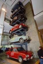 Ein Turm mit klassischen Autos im Museum of Science in London (September 2013)
