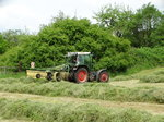 Fendt 380 GTA Turbo am 21.05.16 beim Heu Schwadern in Maintal Hochstadt