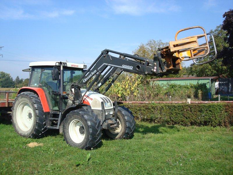 traktor der sterr firma steyr mit frontlader f r rundballen gesehen. Black Bedroom Furniture Sets. Home Design Ideas